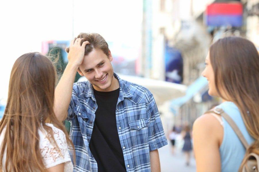 Cum stii cand flirteaza cu tine